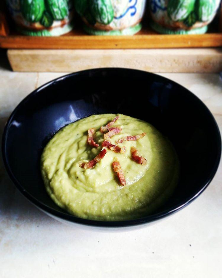 Green pea soup with crispybacon