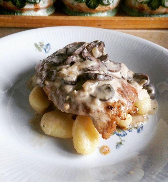 Steak in mushroom sauce & gnocchi