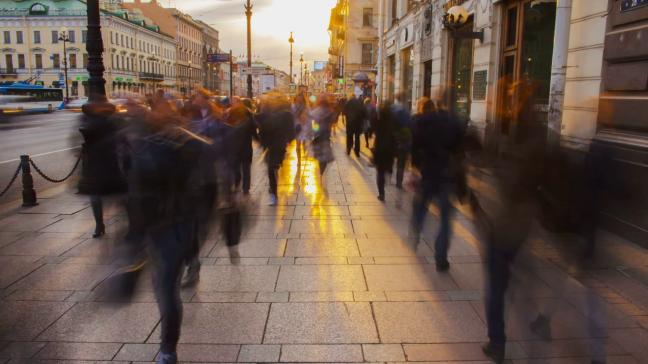 crowded-sidewalk-in-a-big-city-timelapse_r1duwngqx_thumbnail-full01